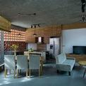 <p> Ở mặt tiền, kiến trúc sư của G+ Architects sử dụng gạch thông gió, được mở rộng thêm một góc vát.</p>