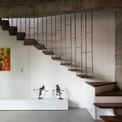 """<p> <span style=""""color:rgb(0,0,0);"""">Với ba tầng, khu vực tiếp khách là một nơi ấm cúng với đầy đủ không gian đón tiếp, thư giãn và giải trí.</span></p>"""