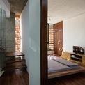 <p> Nhà thiết kế đã giữ nguyên lớp phên tre mộc mạc khi đổ trần bê tông giúp trần nhà mát mẻ hơn.</p>