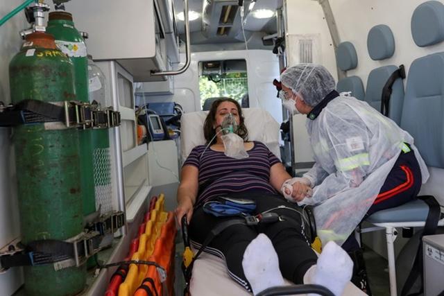 Bệnh nhân Covid-19 bên trong xe cứu thương ở Sao Bernardo do Campo, Brazil. Ảnh: Reuters.