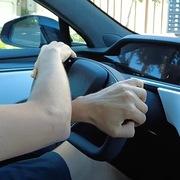 Trải nghiệm lái kỳ lạ với vô-lăng hình chữ nhật trên xe Tesla