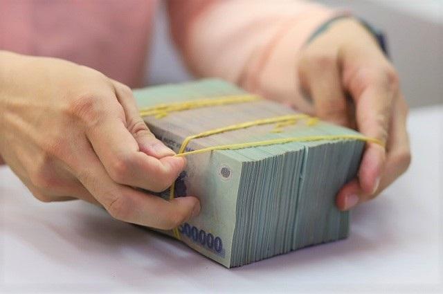 Ngân hàng giảm lãi vay cho doanh nghiệp và khách hàng. Ảnh: B.L.