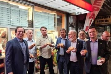 Tổng thống Brazil phải ăn pizza trên vỉa hè New York vì chưa tiêm chủng