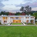 """<p class=""""Normal""""> Phần tạo nên sự hấp dẫn của ngôi nhà chính là nó được thiết kế vào năm 1936 bởi Paul Revere Williams, kiến trúc sư da màu đã cho ra đời hàng loạt dinh thự cho giới thượng lưu Hollywood như Frank Sinatra, Barbara Stanwyck, Lucille Ball và Tyrone Power.<span style=""""color:rgb(34,34,34);"""">Ảnh:</span><em style=""""color:rgb(34,34,34);"""">Hilton and Hyland</em></p>"""