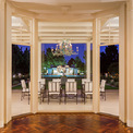 """<p class=""""Normal""""> Quy mô nhà bếp rất lớn, có thể phục vụ những buổi dạ tiệc hoành tráng. Tại đây, những bữa tiệc của người sáng lập đế chế Hilton đã từng được diễn ra với quy mô lên đến 1.000 khách mời tràn hết cả khuôn viên vườn và sân tennis. Trong đó, có một sự kiện đáng nhớ là khi bán Beverly Hilton cho Merv Griffin.<span style=""""color:rgb(34,34,34);"""">Ảnh:</span><em style=""""color:rgb(34,34,34);"""">Hilton and Hyland</em></p>"""