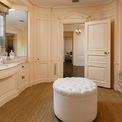 """<p class=""""Normal""""> Ngôi nhà có 13 phòng ngủ và hơn 17 phòng tắm với không gian xung quanh rộng lớn, có sân tennis phía sau. Phòng ăn được ốp gỗ tuyệt đẹp, phòng khách có lò sưởi, quầy bar ấm cùng và phòng chơi bi-a.<span style=""""color:rgb(34,34,34);"""">Ảnh:</span><em style=""""color:rgb(34,34,34);"""">Hilton and Hyland</em></p>"""