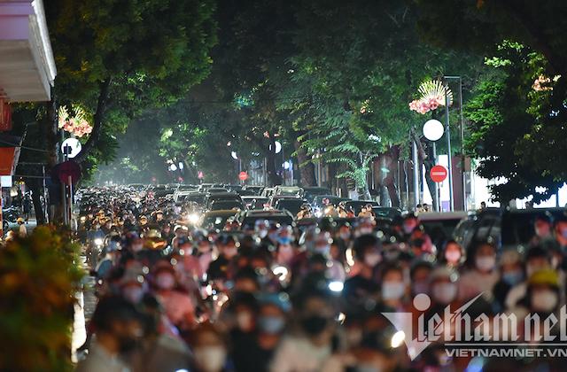 Các con phố trung tâm Thủ đô đều ken kín người tối Trung thu.