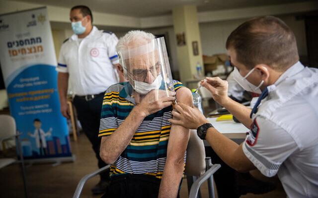 Một cư dân viện dưỡng lão Israel được tiêm mũi vaccine thứ ba, ngày 4/7. Ảnh: Times of Israel