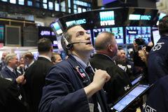 Fed thông báo 'sớm' siết hỗ trợ, Phố Wall tăng 1%