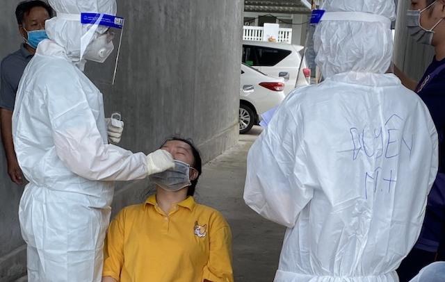 Y tế lấy mẫu xét nghiệm khu vực An Thới sau khi phát hiện chùm ca lây nhiễm mới.