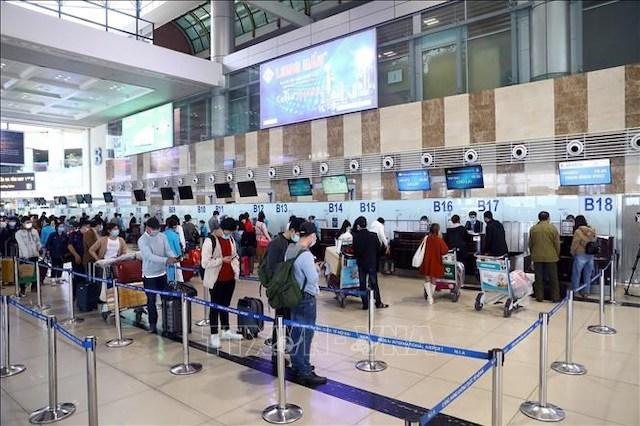Hành khách làm thủ tục tại sân bay Nội Bài.
