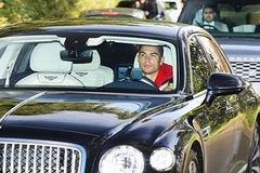 Vì sao Ronaldo có thể lái xe tay lái thuận ở Anh?