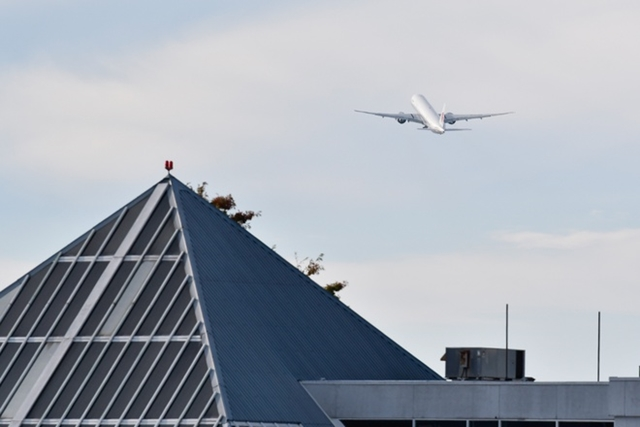 Chiếc máy bay được cho chở bà Mạnh Vãn Châu cất cánh rời Vancouver. Ảnh: South China Morning Post.