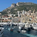 <p> Những năm trước, rất nhiều du thuyền có giá hàng trăm triệu USD thuộc sở hữu của những người nổi tiếng được triển lãm tại đây. Du thuyền cũng là một trong 3 phương tiện có thể đến được Monaco cùng với tàu hỏa, trực thăng vì diện tích đất nước này quá nhỏ để xây dựng sân bay. Ảnh: <em>Julia Zaltzman</em></p>