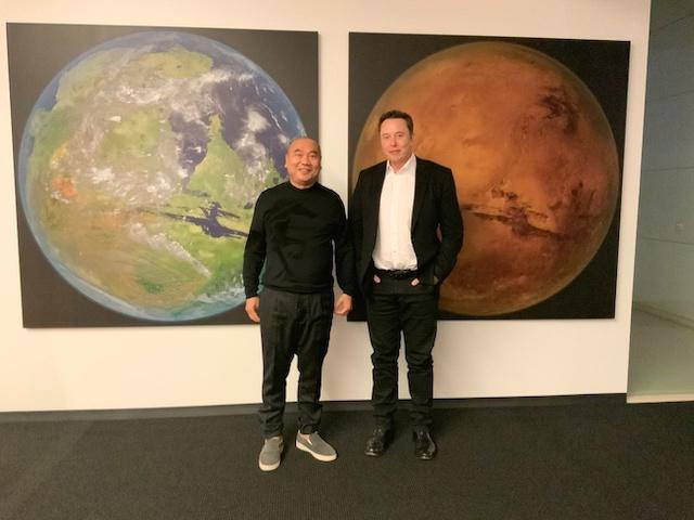 KoGuan Leo chụp ảnh cùng Elon Musk.