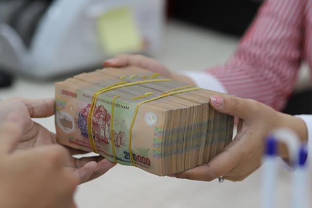Doanh nghiệp và người dân có thể tiếp cận các khoản vay mới. Ảnh: B.L