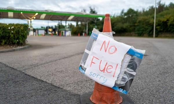 Người dân hoảng loạn mua trong cuối tuần, hàng loạt trạm xăng tại Anh hết hàng