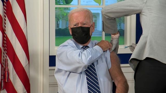 Ông Biden tiêm mũi vaccine ngừa Covid-19 thứ ba trên truyền hình trực tiếp. Ảnh: CNN.