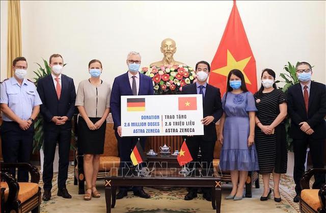 Thứ trưởng Ngoại giao Tô Anh Dũng tiếp nhận tượng trưng 2,6 triệu liều vaccine AstraZeneca từ Đại sứ Đức tại Việt Nam Guido Hildner.