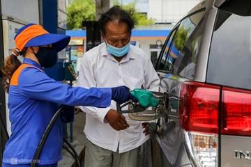 Cân nhắc giảm thuế để hạ giá xăng trong nước
