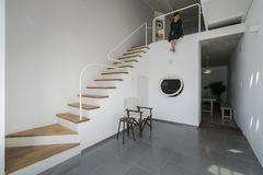 Ngôi nhà 43 m2 với trục cầu thang phân bổ không gian linh hoạt