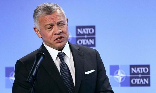 Quốc vương Jordan Abdullah II phát biểu tại Brussels vào tháng 5 trong cuộc họp với Tổng thư ký NATO Jens Stoltenberg. Ảnh: AP.