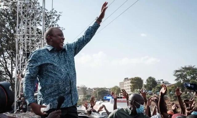 Tổng thống Kenya Uhuru Kenyatta, người được nêu tên trong Hồ sơ Pandora, vẫy tay với người dân trong một sự kiện vận động chính trị. Ảnh: AFP.