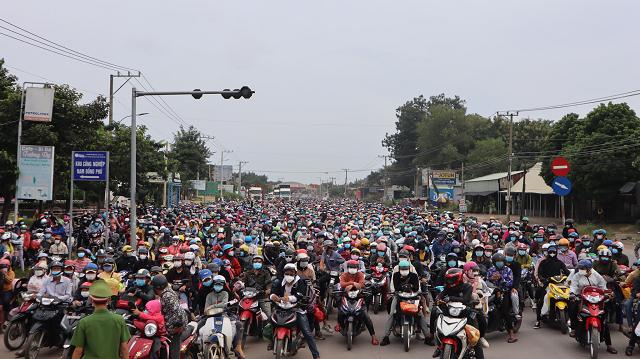 3 ngày qua, đã có 43.000 người về quê qua ngả Bình Phước được các lực lượng dẫn đoàn, đảm bảo an toàn.