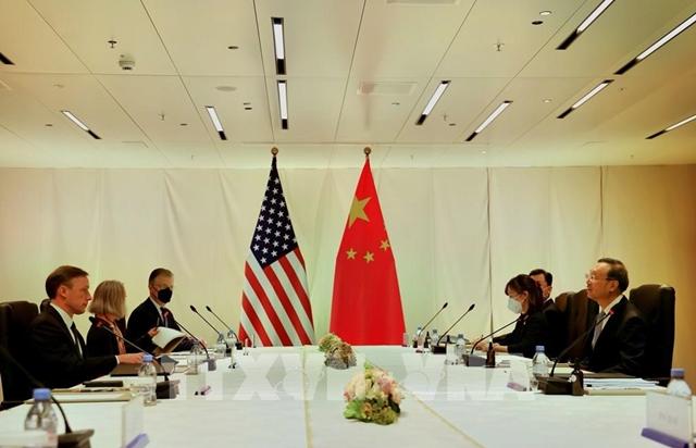 Cố vấn an ninh quốc gia Mỹ Jake Sullivan (trái) hội đàm với Ủy viên Bộ Chính trị Ban chấp hành Trung ương Đảng Cộng sản Trung Quốc Dương Khiết Trì (phải) tại Zurich, Thụy Sĩ, ngày 6/10/2021. Ảnh: THX/TTXVN