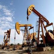 Tình trạng thiếu năng lượng không hạ nhiệt, giá dầu tăng