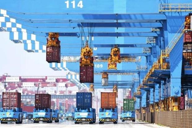 Vận chuyển container lên tàu tại một cảng ở Thanh Đảo, tỉnh Sơn Đông, miền đông Trung Quốc ngày 4/6. (Nguồn: AP)