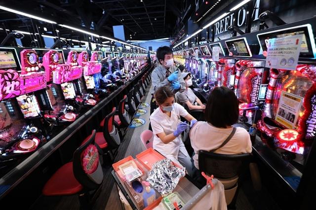 Tiêm ngừa Covid-19 trong một trung tâm trò chơi ở Osaka, Nhật Bản, trong tháng 9. Ảnh: AFP.
