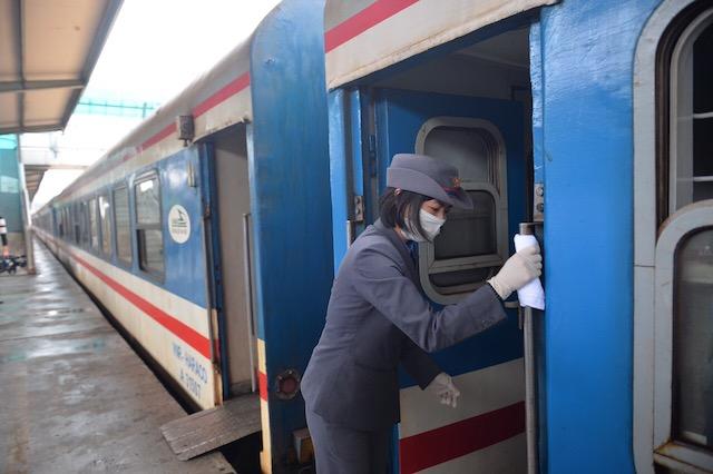 Thủ tướng yêu cầu có phương án vận tải hành khách đường sắt, đường bộ chậm nhất vào 13/10