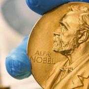 Ba kinh tế gia Mỹ nhận Nobel Kinh tế 2021