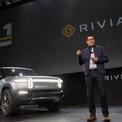 """<p class=""""Normal""""> <strong>R.J. Scaringe</strong></p> <p class=""""Normal""""> Tuổi: 38</p> <p class=""""Normal""""> Giá trị tài sản ròng: 3,4 tỷ USD</p> <p class=""""Normal""""> Nguồn tài sản: Xe điện</p> <p class=""""Normal""""> Scaringe có mặt trong Forbes 400 sau khi công ty của anh, Rivian, được định giá 27,6 tỷ USD vào tháng 1. Hồi tháng 7, Amazon, Ford và T. Rowe Price đầu tư 2,5 tỷ USD vào startup xe điện này, nâng tổng số tiền công ty huy động được đến nay lên 10,5 tỷ USD. (Ảnh: <em>Bloomberg/Getty Images</em>)</p>"""