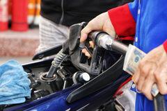 Giá xăng tăng mạnh, các đầu mối nhập khẩu được yêu cầu tìm nguồn hàng mới