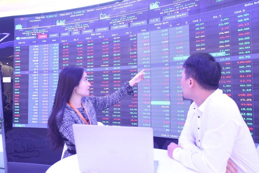 Cổ phiếu dầu khí bứt phá, VN-Index tăng điểm nhẹ
