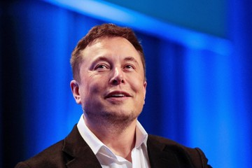 Elon Musk ám chỉ Jeff Bezos 'về nhì'