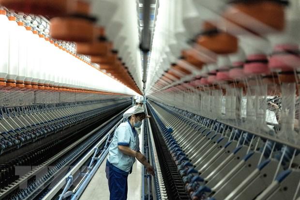 Công nhân làm việc tại nhà máy dệt may ở Nam Thông, tỉnh Giang Tô, Trung Quốc ngày 14/9. Ảnh: JIO/TTXVN.