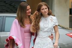 Con gái Bill Gates 'dát' đồ hiệu, trang sức kim cương xuất hiện cùng mẹ trước thềm đám cưới