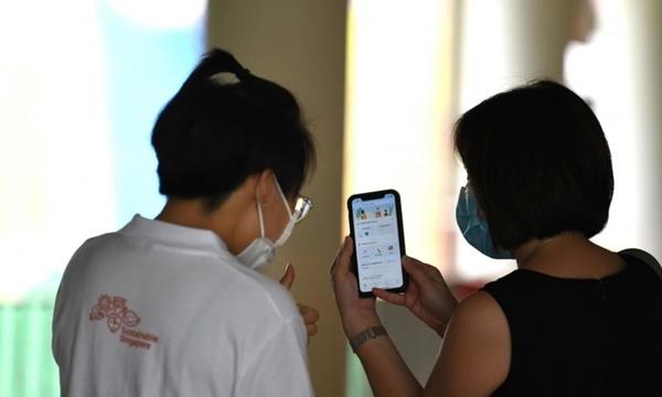 Singapore nới lỏng, chủ quán không có thời gian xét thẻ xanh vaccine
