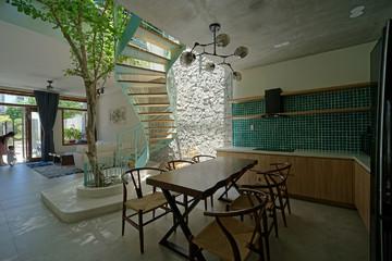 Ngôi nhà hướng Tây thoáng gió với cầu thang màu bạc hà xanh mát