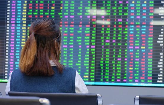 Nhiều cổ phiếu lớn chịu áp lực bán mạnh, VN-Index giảm điểm
