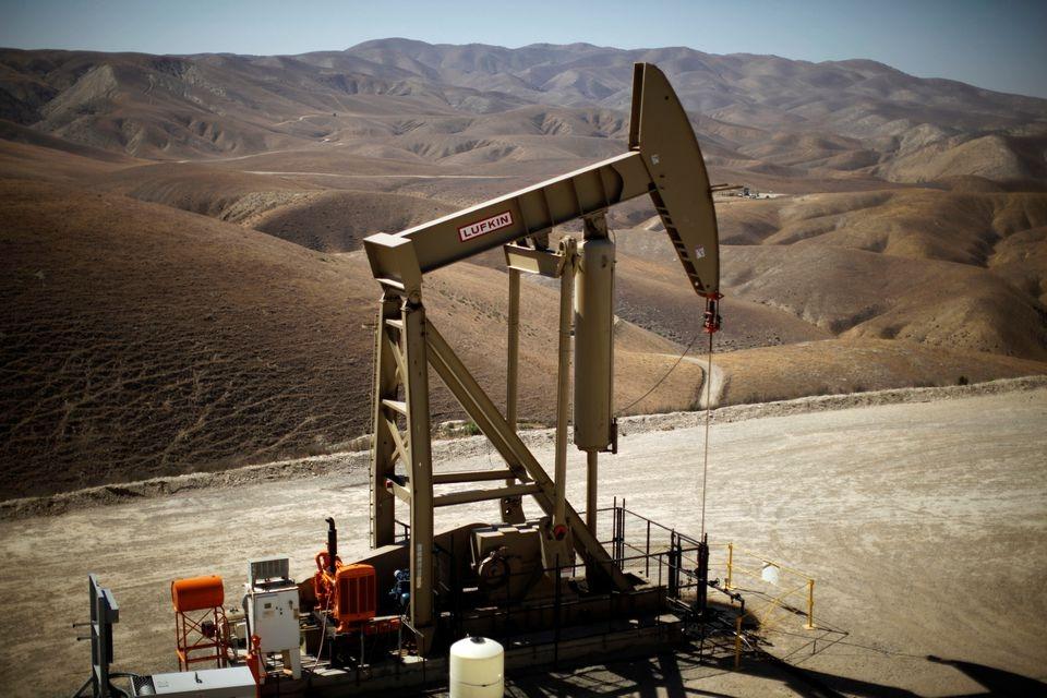 Số liệu kinh tế Mỹ kém, giá dầu trái chiều sau khi chạm đỉnh nhiều năm