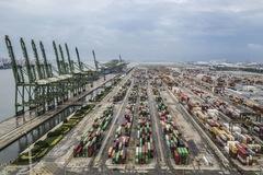 Gần 2 năm sau ký, Trung Quốc chỉ thực hiện được nửa thỏa thuận thương mại với Mỹ