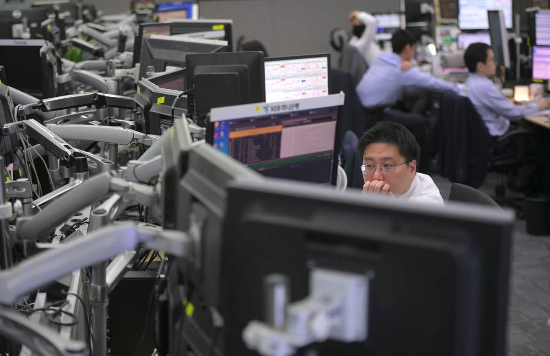 Chứng khoán châu Á trái chiều, Evergrande lao dốc gần 10% khi giao dịch trở lại