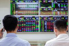 Cá nhân trong nước gom cổ phiếu nào khi mua ròng đến 5.100 tỷ đồng trong tuần 18-22/10?