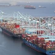 24 tỷ USD hàng hóa xếp hàng chờ cập cảng ở California