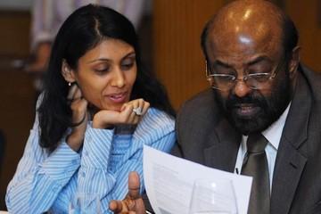 Nữ tỷ phú Ấn Độ dù giàu có vẫn chỉ mặc áo sơ mi, quần tây đơn giản đi làm