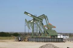Tồn kho tại Mỹ tăng mạnh, giá dầu 'bốc hơi' hơn 2%